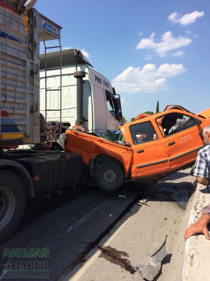 Akhisar'da meydana gelen trafik kazası görenleri şaşırttı 1