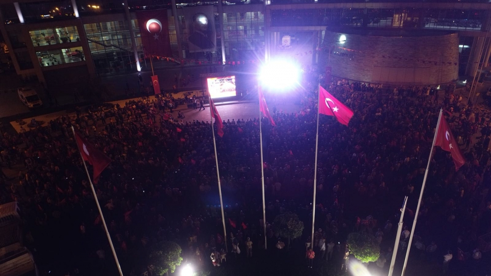 Akhisarlılar demokrasi nöbetine akın etti 1