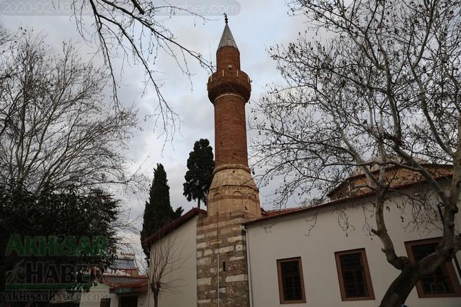 Depremde zarar gören Akhisar Paşa Camii geçici olarak ibadete kapandı 1