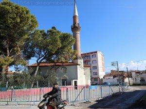 Depremler sonrası minaresi tehlike saçan Akhisar Efendi Camii etrafı güv