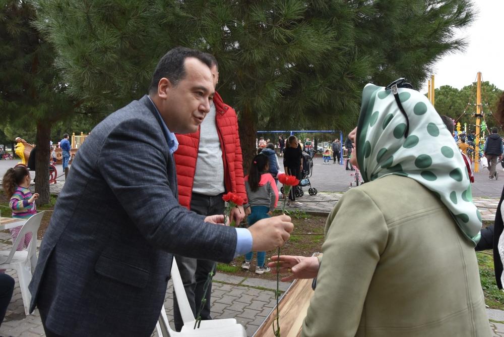 Belediye Başkanı Besim Dutlulu, Kadınlar Günü'nde karanfil dağıttı 1