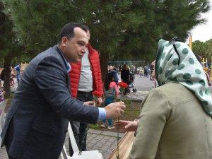 Belediye Başkanı Besim Dutlulu, Kadınlar Günü'nde karanfil dağıttı