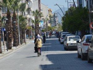 Sokağa çıkma yasağının ardından haftanın ilk günü Akhisar sokakları