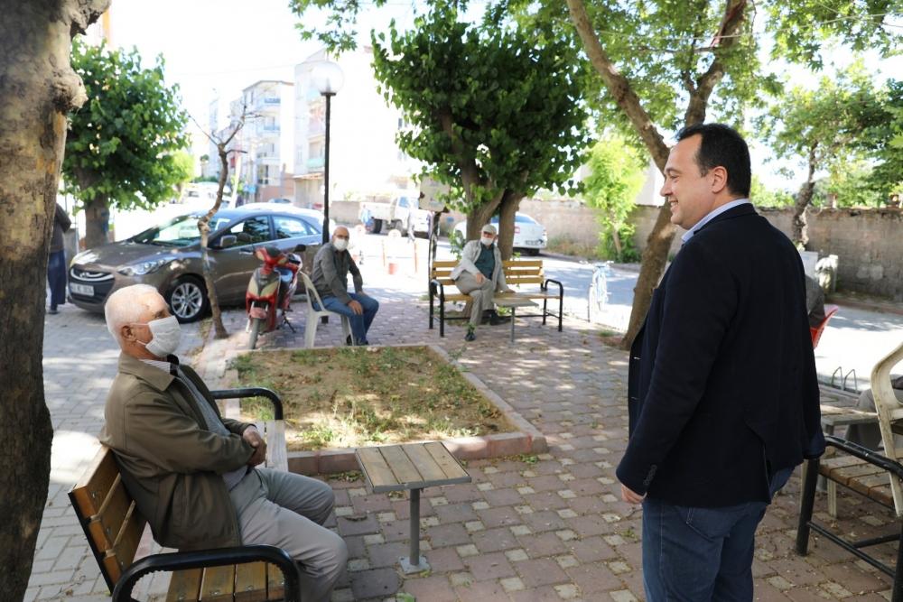 Başkan Besim Dutlulu, Parklara çıkan 65 yaş üzeri vatandaşları ziyaret e 1