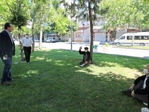 Başkan Besim Dutlulu, Parklara çıkan 65 yaş üzeri vatandaşları ziyaret e