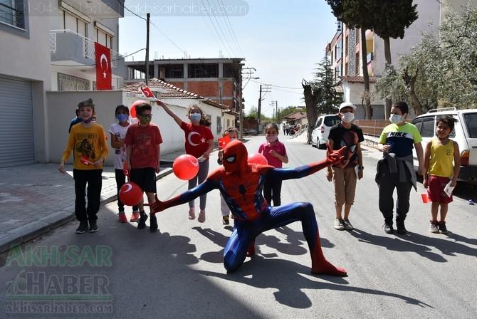 Akhisar Belediyesi 23 Nisan'da sokakları şenlendirdi 1
