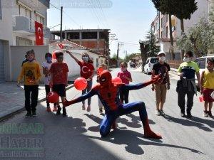 Akhisar Belediyesi 23 Nisan'da sokakları şenlendirdi