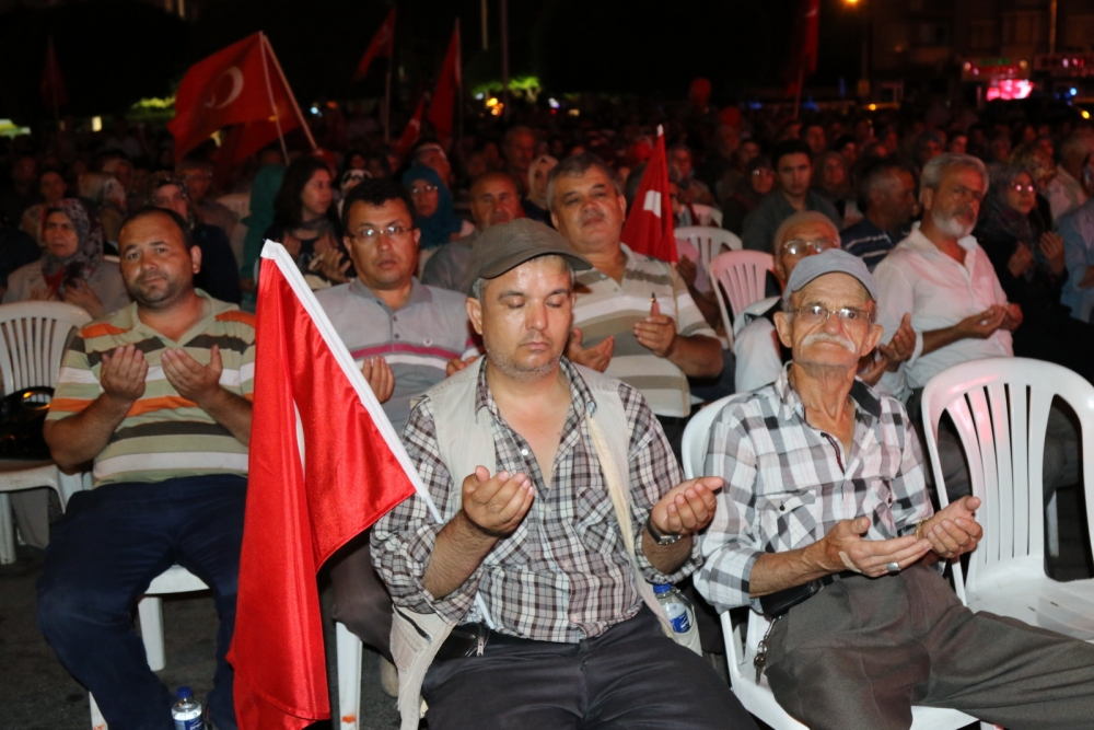 Akhisar'da demokrasi nöbeti 16.gününde de devam ediyor 19