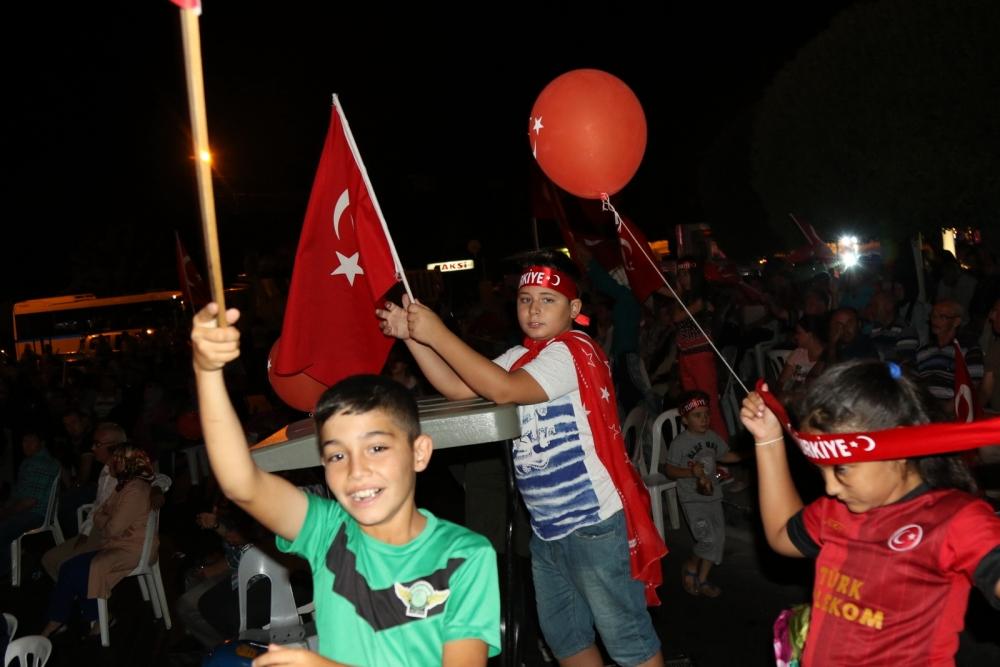 Akhisar'da demokrasi nöbeti 16.gününde de devam ediyor galerisi resim 2