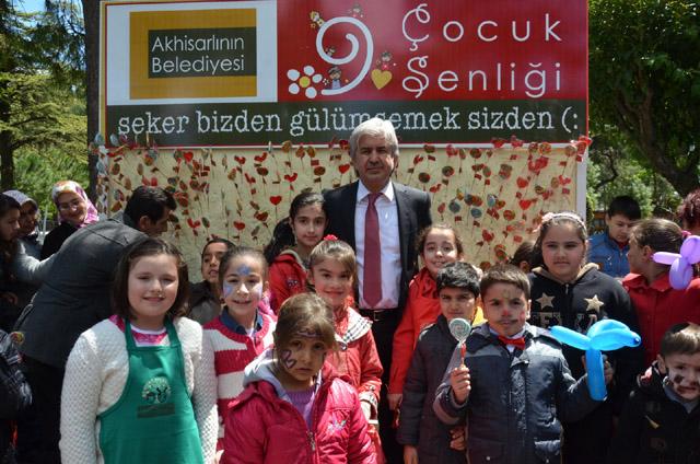 Akhisar Belediye Başkanı Salih Hızlı'dan çocuklara 23 Nisan hediyesi