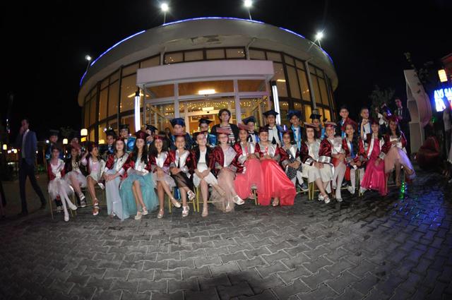 Öğrencilerin mezuniyet eğlencesi göz doldurdu