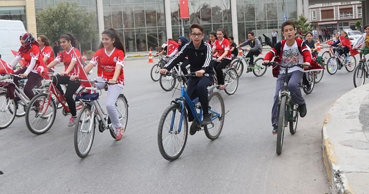 Akhisarlı bisikletçiler pedallarını 15 Temmuz için çevirecek