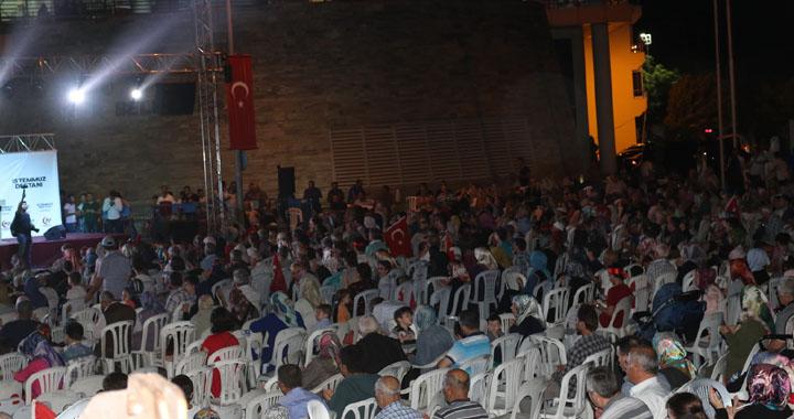 Akhisarlılar vatan nöbetinin ikinci gününde meydanları doldurdu