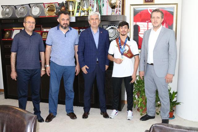 Dünya Şampiyonu Kamal, Başkan Hızlı'yı ziyaret etti