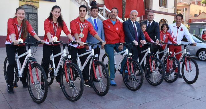 Vali Güvençer'den şampiyon cimnastikçilere bisiklet