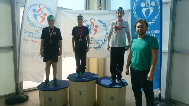 Burak Aksaray, Manisa'daki yüzme yarışlarından 3 madalya ile döndü