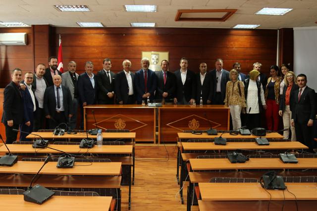 Akhisar Belediye Başkanı Salih Hızlı ve heyeti, kardeş şehir Gostivar Belediyesi'ni ziyaret etti