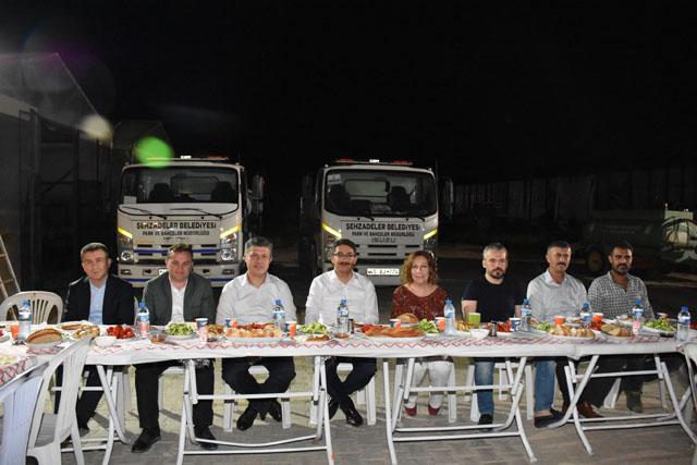 AK Parti adayı Özkan şantiyede sahur yaptı