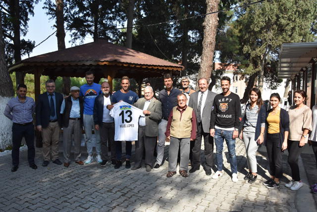Akhisarspor, huzurevini ziyaret etti