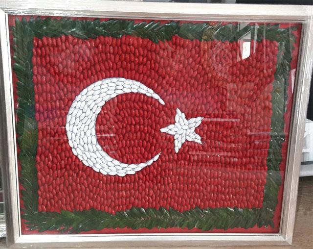 Zeytin çekirdeklerinden Türk Bayrağı tasarladılar