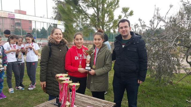 Akhisar Ticaret Borsası Altı Eylül Ortaokulu teniste il birincisi