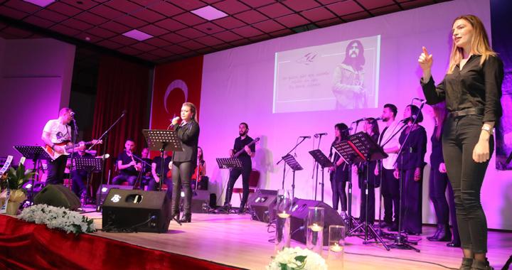 Barış Manço'yu anma gecesinde şarkıları işaret dili eşliğinde seslendirildi