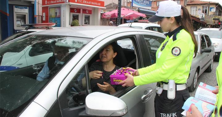 Trafik ceza yerine çikolata ikram etti