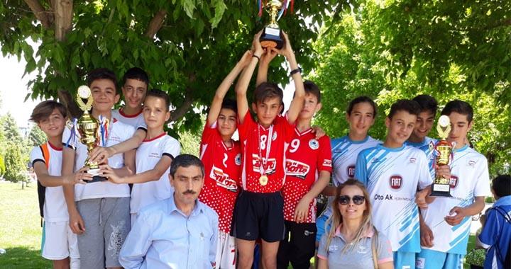 Dr. A.Tarık Sarı Ortaokulu kupaları kaptı