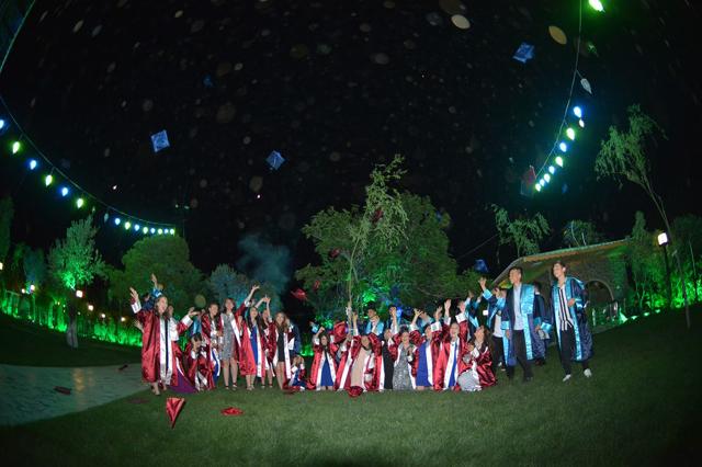 Ülkü Ortaokulu öğrencilerinin mezuniyet sevinci