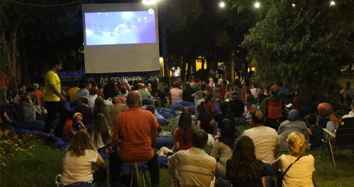 Akhisarlılar açık havada sinema keyfi yaşıyor