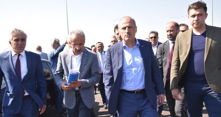 Ulaştırma ve Altyapı Bakanı Mehmet Cahit Turhan, İzmir-İstanbul otoyolunu inceledi