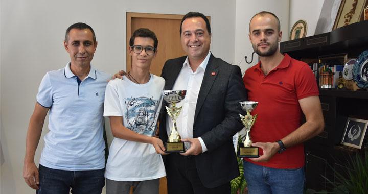 Akhisarlı motosikletçiler kupalarını Başkan Dutlulu ile paylaştı