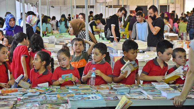 Akhisar'da onbinler kitap günlerine akın etti