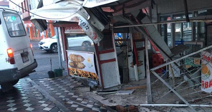 Akhisar'da yağmur kazayı getirdi, facia kıl payı önlendi