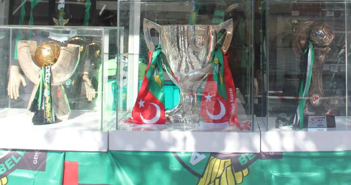 Akhisarspor'un kupaları taraftarlarla buluştu