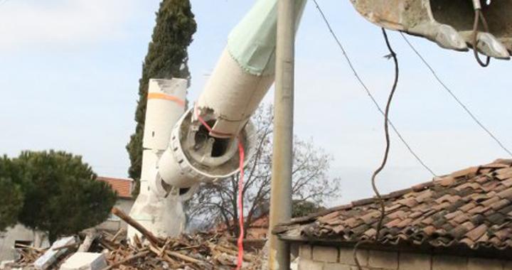 Depremde ağır hasar gören minarenin yıkımı yapıldı