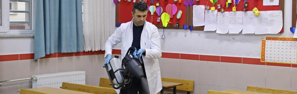 Akhisar'da okullar virüs tehdidine karşı dezenfekte ediliyor