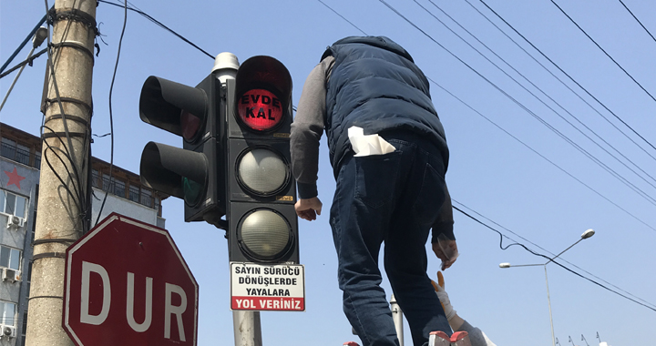 Akhisar'da trafik ışıkları 'Evde Kal' dedi