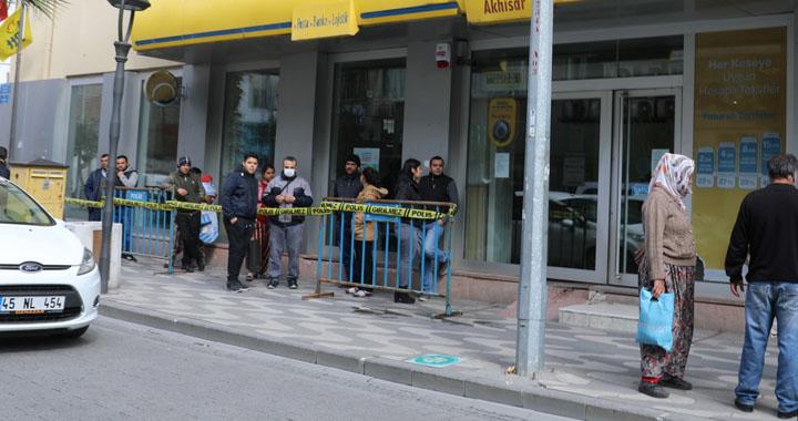 PTT ve Banka önlerinde sosyal mesafe uygulaması