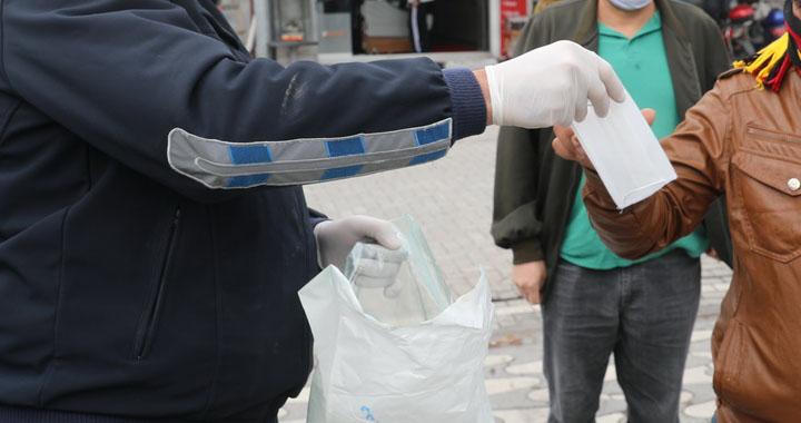 Akhisar Belediyesi pazar yerinde 5 bin ücretsiz maske dağıttı