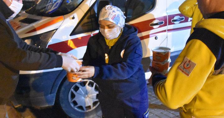 Akhisar'da sağlık çalışanlarına çorba dağıtımı yapıldı
