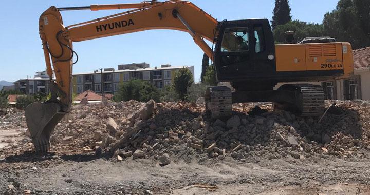 Depremde hasar gören okulun yıkımı gerçekleşti