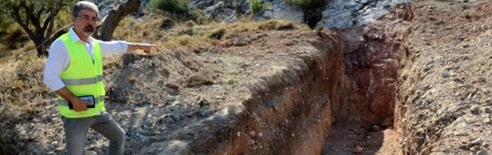 Akhisar'da 7 bin depreme neden olan fay hattında hendek açıldı