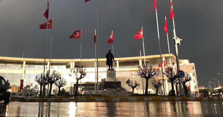 Yağışlı hava Akhisar'ı terk ediyor