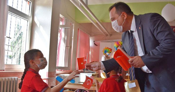 Akhisar Belediyesinden ihtiyaç sahibi öğrencilere kırtasiye yardımı