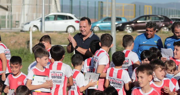 Akhisar Belediyesi Yaz Spor Okulları öğrencileri sertifikaları aldı