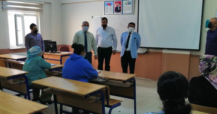 İlçe Milli Eğitim Müdürü Mermer, okuma yazma kursunu ziyaret etti