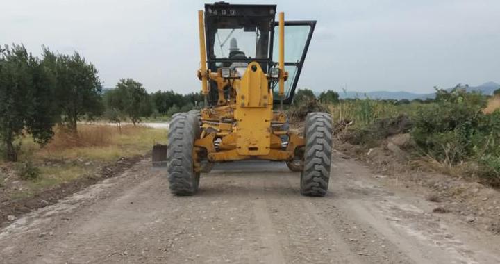 Akhisar Belediyesi zeytin hasadı öncesi arazi yollarının bakımına devam ediyor