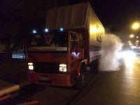 Şehir merkezinde tırdan çıkan dumanlar korkuttu