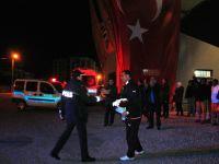 Kavga ihbarına giden Polisler çiçeklerle karşılandı